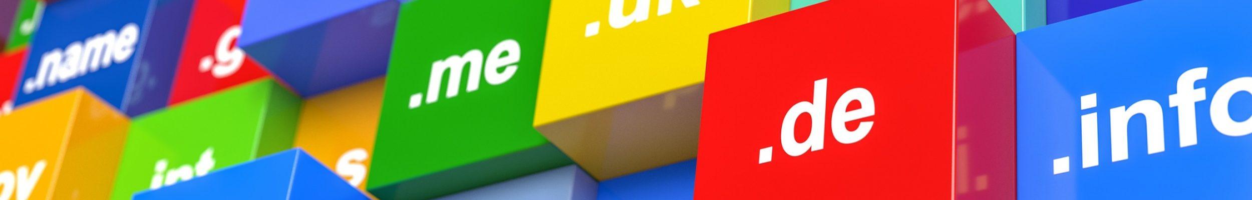 3d Würfel mit verschiedenen Abkürzungen für Internet Domains. Die Domain muss reserviert werden.